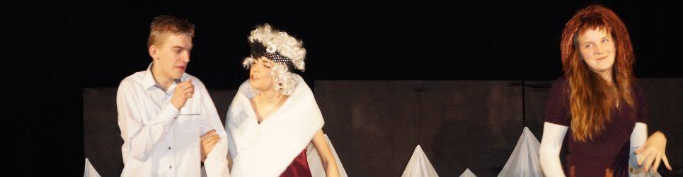 """Grupa teatralna """"Arlekin"""" w przedstawieniu """"Jezioro z łabędziem"""" wg własnego scenariusza"""